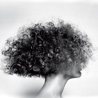 cabelos enrolados ou crespos