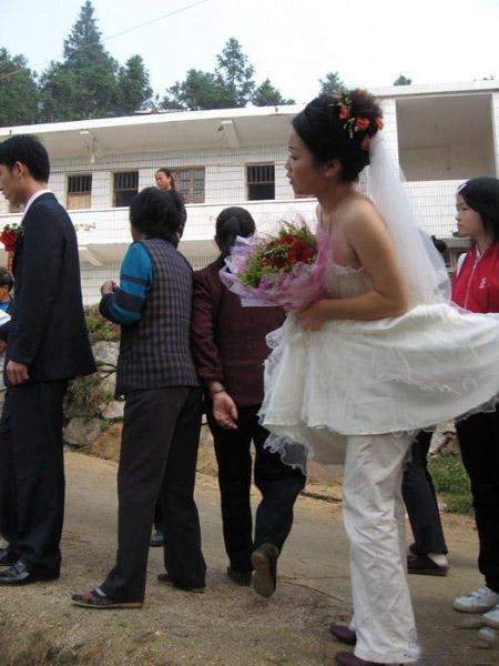 Phì cười với những bộ váy cưới thảm họa, nếu không hù quan khách chết khiếp thì cũng khiến chú rể bỏ của chạy lấy người - Ảnh 4.