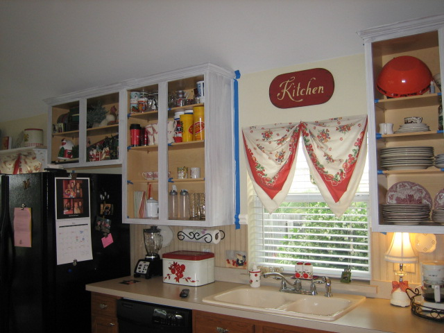 It's A Wannabe Decorator's Life: Painting Kitchen Cabinet Tutorial