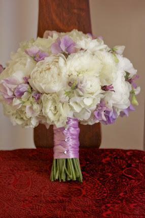 bouquet CARLA. Peonías blanco/lila o rosa/verde: