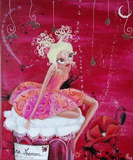 Une petite fée aux cheveux bouclés avec deux couettes est assise sur un bocal de confiture, sur lequelle le couvercle est en dentelle. elle regarde la lune. le décor est féerique. elle a de grands yeux. cette peinture, illustration a été réalisée