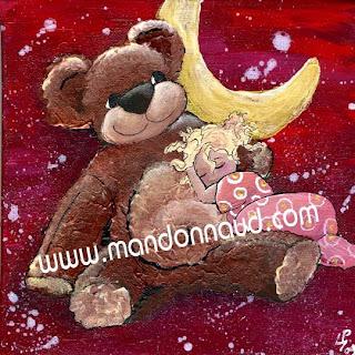 un nounours tout doux sur lequel dort une petite princesse dans une robe rose avec en fond la lune doré et brillante