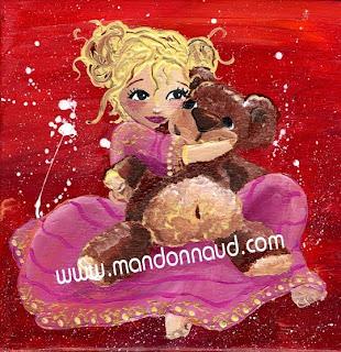 fillette avec son ours en robe de princesse sur fond rouge