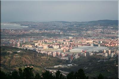 Amplia la vista de Barakaldo y Ría de Bilbao. Primer plano del BEC