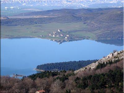 Lagara Ullibarri reflejado en las tranquilas aguas del embalse