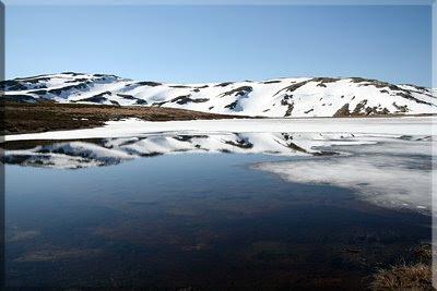 Laguna de las Yeguas, al fondo Peña Cabrita