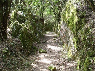 Camino tallado en la roca para el acceso a la mina