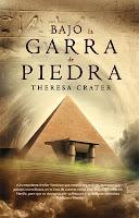 Bajo la garra de piedra, de Theresa Crater
