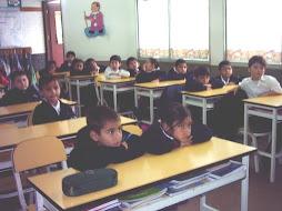 Los niños encantados con las imágenes del cuento