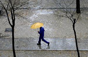 um homem em Madrid, à chuva