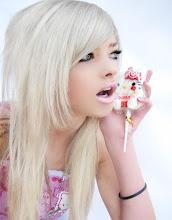 Dentro de mim há uma loira platinada obcecada pela Hello Kitty