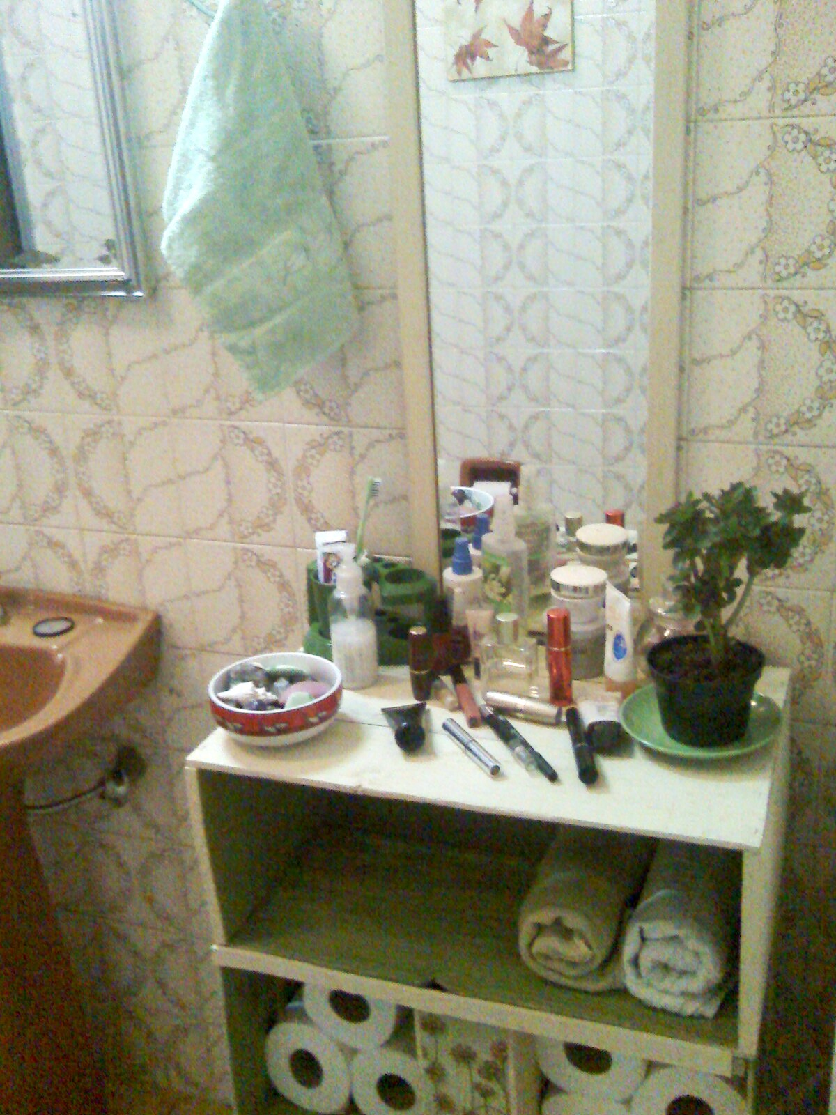 Ainda falta uma tampa de vidro e os cestinhos de vime para guardar as  #363316 1200x1600 Armario Banheiro Vime