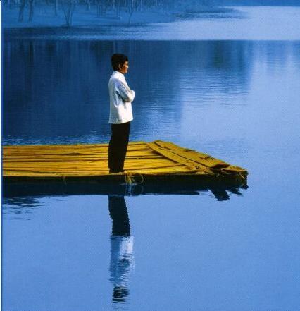 Orang sedang sholat ditepi danau
