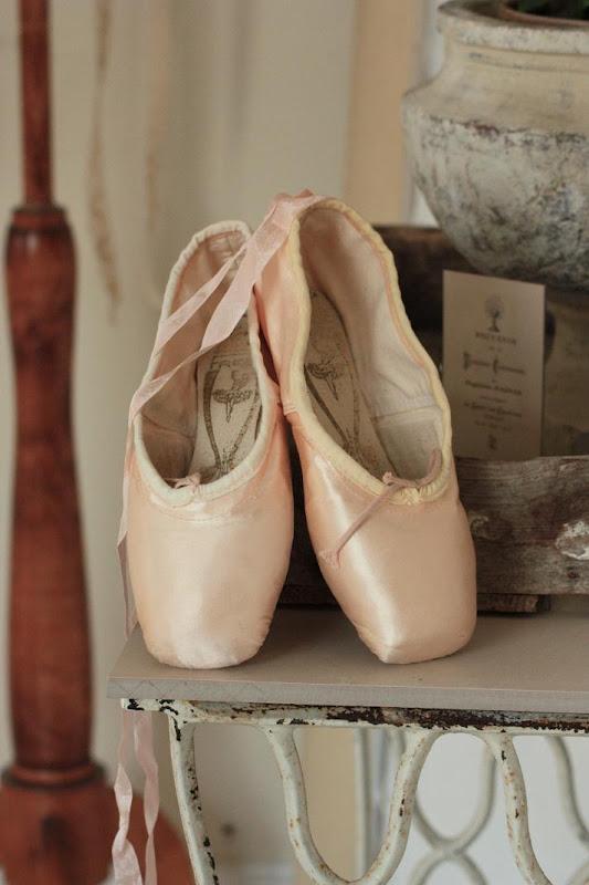 0ec1db1e192 ... senare skulle hitta ett paket från min goda bloggvän Lynn i  brevlådan... och paketet innehöll just ett par balettskor! Åh vad glad och  rörd jag blev!