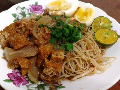 Then drowning the rice vermicelli with spicy sweet and tangy Mee Siam ...