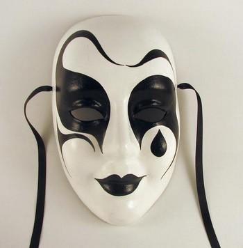 La máscara para la persona con la miel por la aspirina y el carbón activo