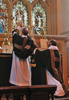 Elevación en la Misa, Dorchester Abbey, el P. Lawrence © OP