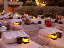 נרות נשמה על מצבות בחלקת קברים
