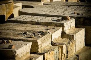 הנחת אבן על קבר