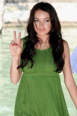 lindsay lohan venice upskirt flash 10 Lindsay Lohan Pantyless Upskirt in Venice