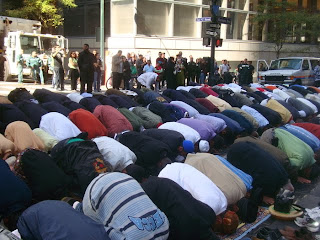 Muslims shut down streets of New York with prayer