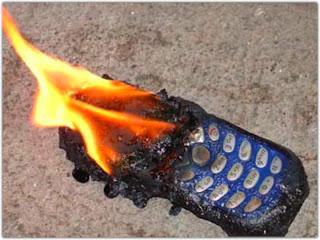 Cómo acabar con la civilización moderna en un segundo??????? Celular_movil_ardiendo