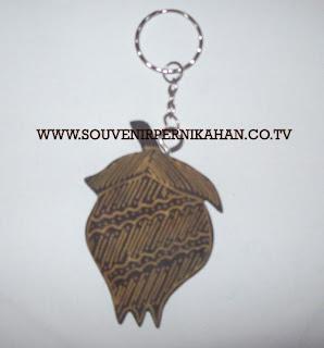 souvenir pernikahan murah | undangan pernikahan murah | Souvenir pernikahan gantungan kunci batik kayu harga murah