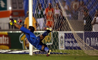 Julio Cezar defende o penalti de Carlos Alberto