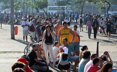 No Maracanã, milhares esperam em vão pelos ingressos