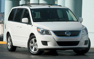 2010 Volkswagen Routan Front View