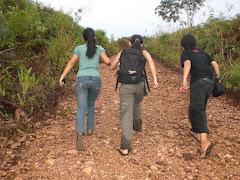 Tiga Dara Perjalan Kaki