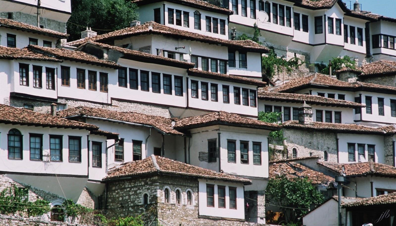 Invitation Au Voyage Albanie Berat La Ville Aux Mille Fenêtres