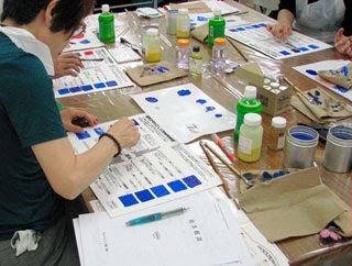 各種絵具の作り方が一目でわかる「色材展開図」に作った絵具を塗って完成です。