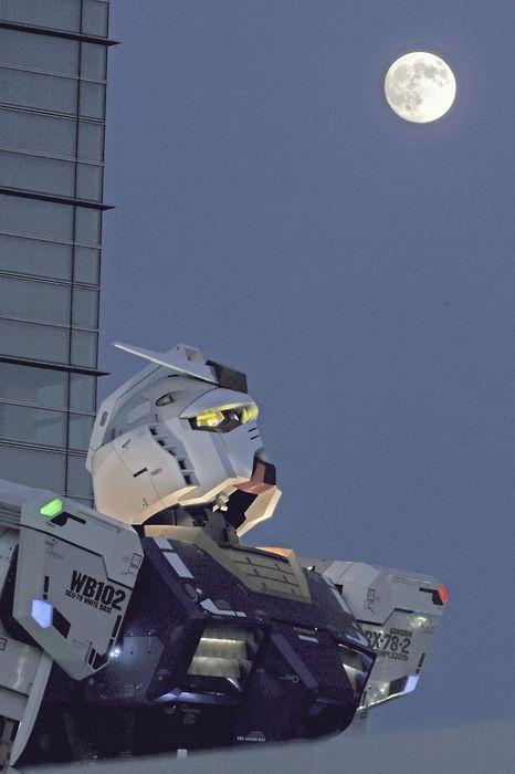 http://4.bp.blogspot.com/_JGgzOkYhIb0/TJznCzR2YmI/AAAAAAAAGjQ/JlgNQl2RQgY/s1600/Gundam-moon.jpg