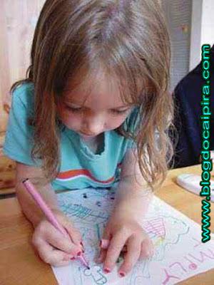 desenho da menina no caderno