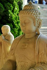 Свастика на груди Будды