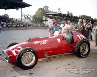 Alberto Ascari posa com sua Ferrari 'Special'