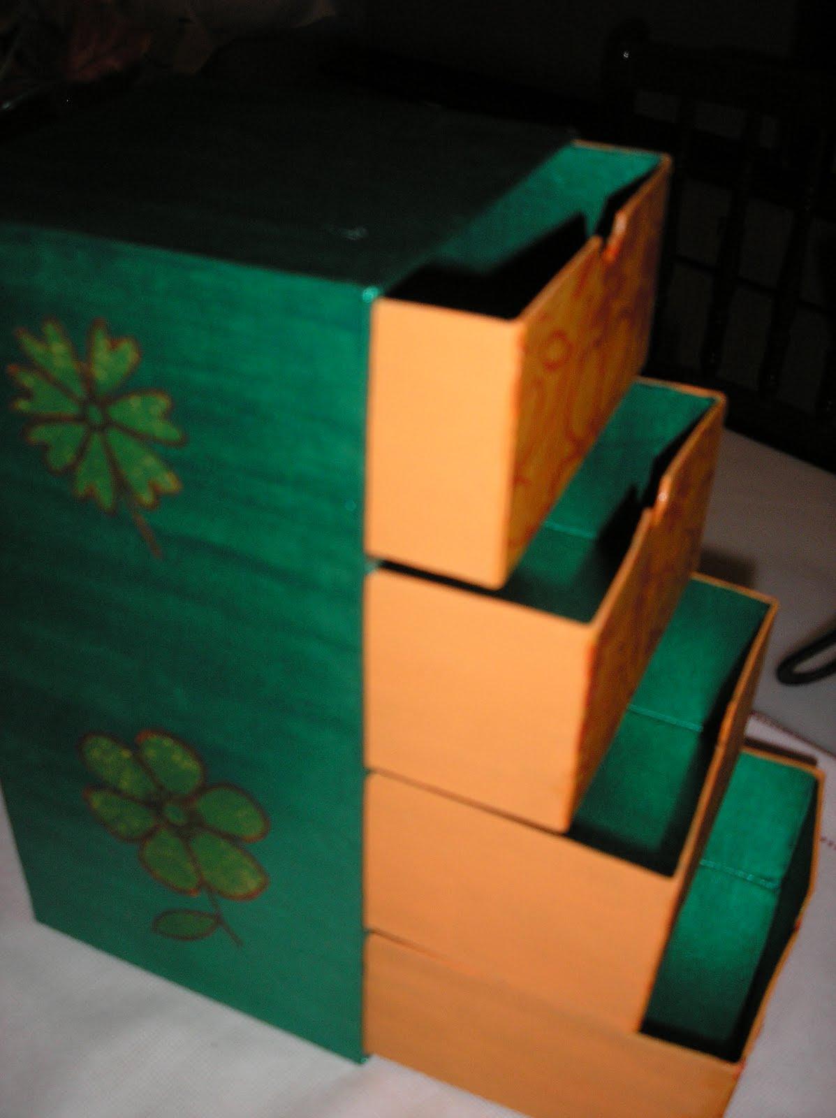 Cajitas varios colores : Son cajas de carton, pintadas con acrilicos y