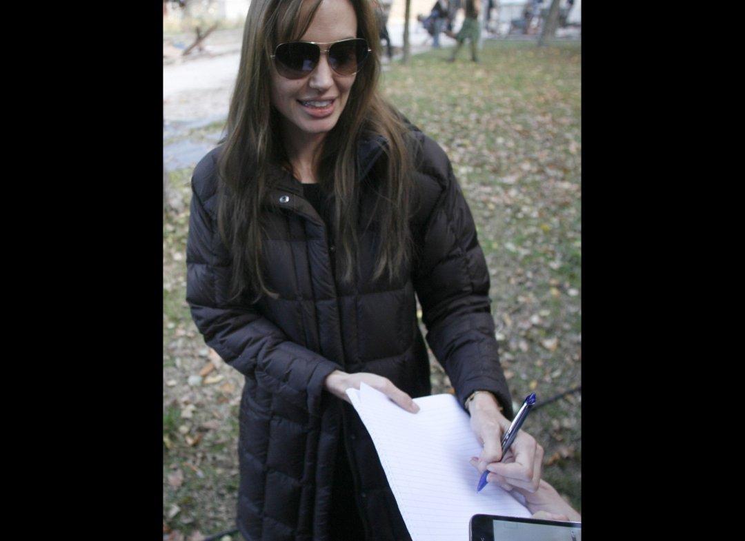 http://4.bp.blogspot.com/_JUw2aRvPUwc/TLmLHB2cmKI/AAAAAAAAZnI/2JIo922TMPo/s1600/Angelina+Jolie+&+Brad+Pitt+In+Hungary+(PHOTOS)5.jpg