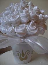 maceta de rosas blancas