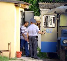 Мэр Ищенко грузится в тюремный автобус...