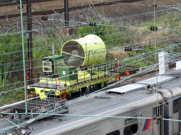 LIRR Gizmo - A giant leaf blower? From Queens Blvd.