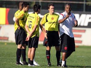 Andrade orienta os quatro do meio-campo do Flamengo