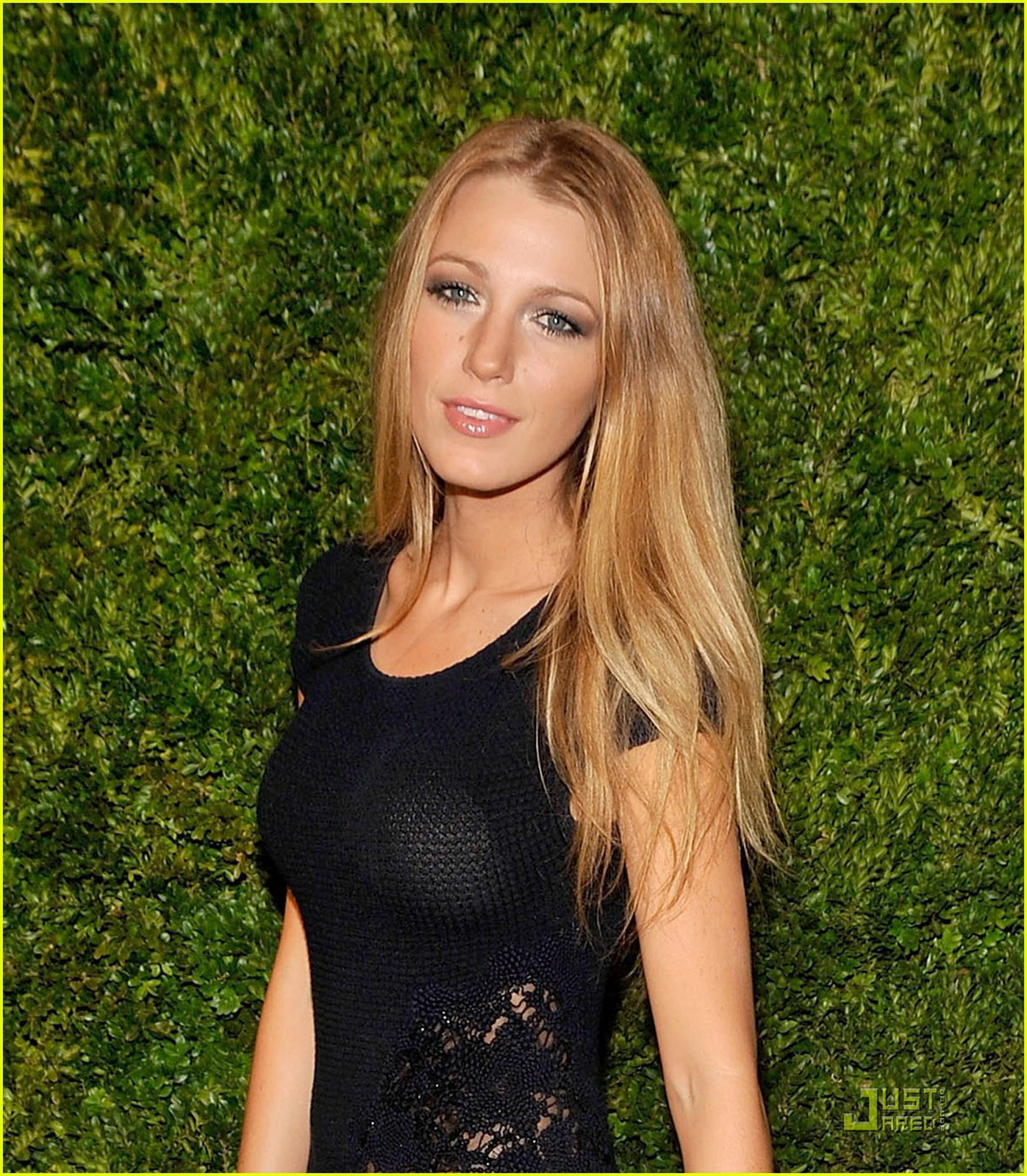 http://4.bp.blogspot.com/_Jgc-vQ1t70k/TONqSg655aI/AAAAAAAAAHg/-jBfqjkkAms/s1600/Blake_Lively_see_through_tight_dress_bra_visible_CFDA_Vogue_Fashion_Fund_2.jpg