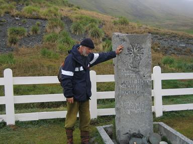 Manfred Marktel davanti alla tomba dell'esploratore Sir Ernest Henry Shackleton a Grytviken.
