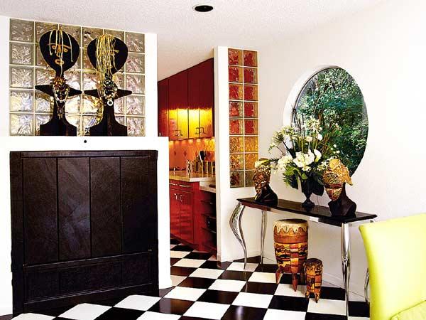 Sala De Estar Com Piso Xadrez ~ preto e branco do piso é quebrado pelo coloridos das paredes, dos
