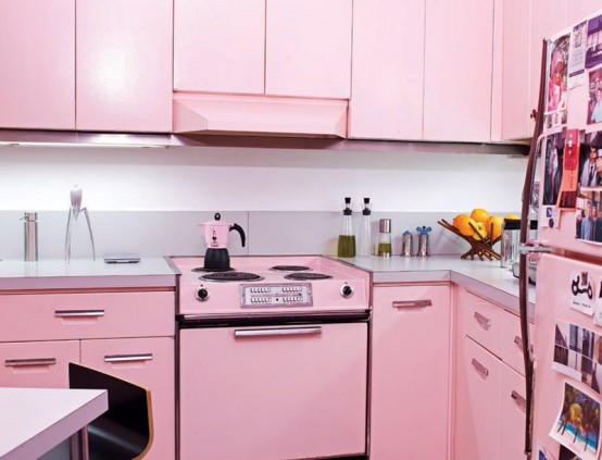 M?veis, eletrodom?sticos e utens?lios de cozinha foram pintados de