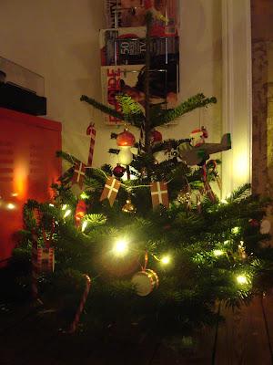 Ih, altså, fine træ med flyvende julemand, kogler, kugler, trommer