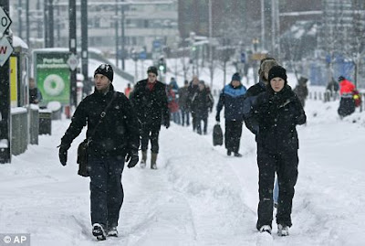 Britain hit by biggest and weirdest Snow Day 18 years Seen On CoolPictureGallery.blogspot.com Or www.CoolPictureGallery.co