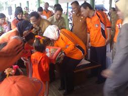 Wakil Bupati Kab. Karawang memberikan Tali Kasih Kepada Anak Paud